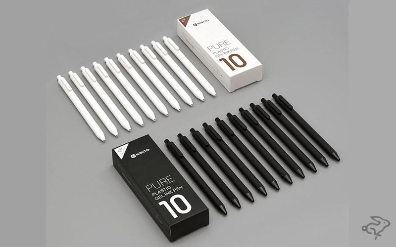 Белые и черные ручки в ряд